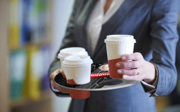 Becher-halter macht Kaffee und Bier oder Coca Cola für den Werbung